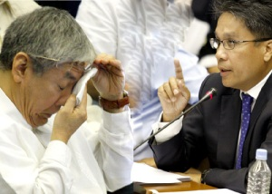 "P728 MILLION FERTILIZER FUND SCAM: Liberal President Senator Mar Roxas (right) confronts beleaguered former Agriculture Undersecretary Jocelyn ""Joc-Joc"" Bolante during Thursday's Senate blue ribbon committee investigation into the P728-million fertilizer fund scam. Roxas rejected Bolante's testimony that President Arroyo was never involved in the P728-million fertilizer fund scam."